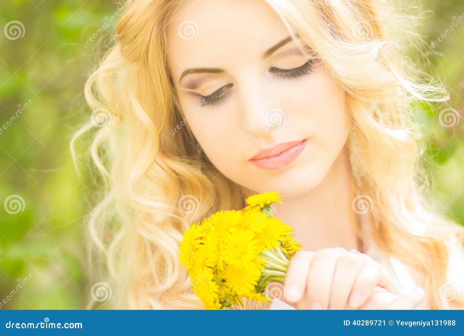 Портрет красивой молодой белокурой женщины