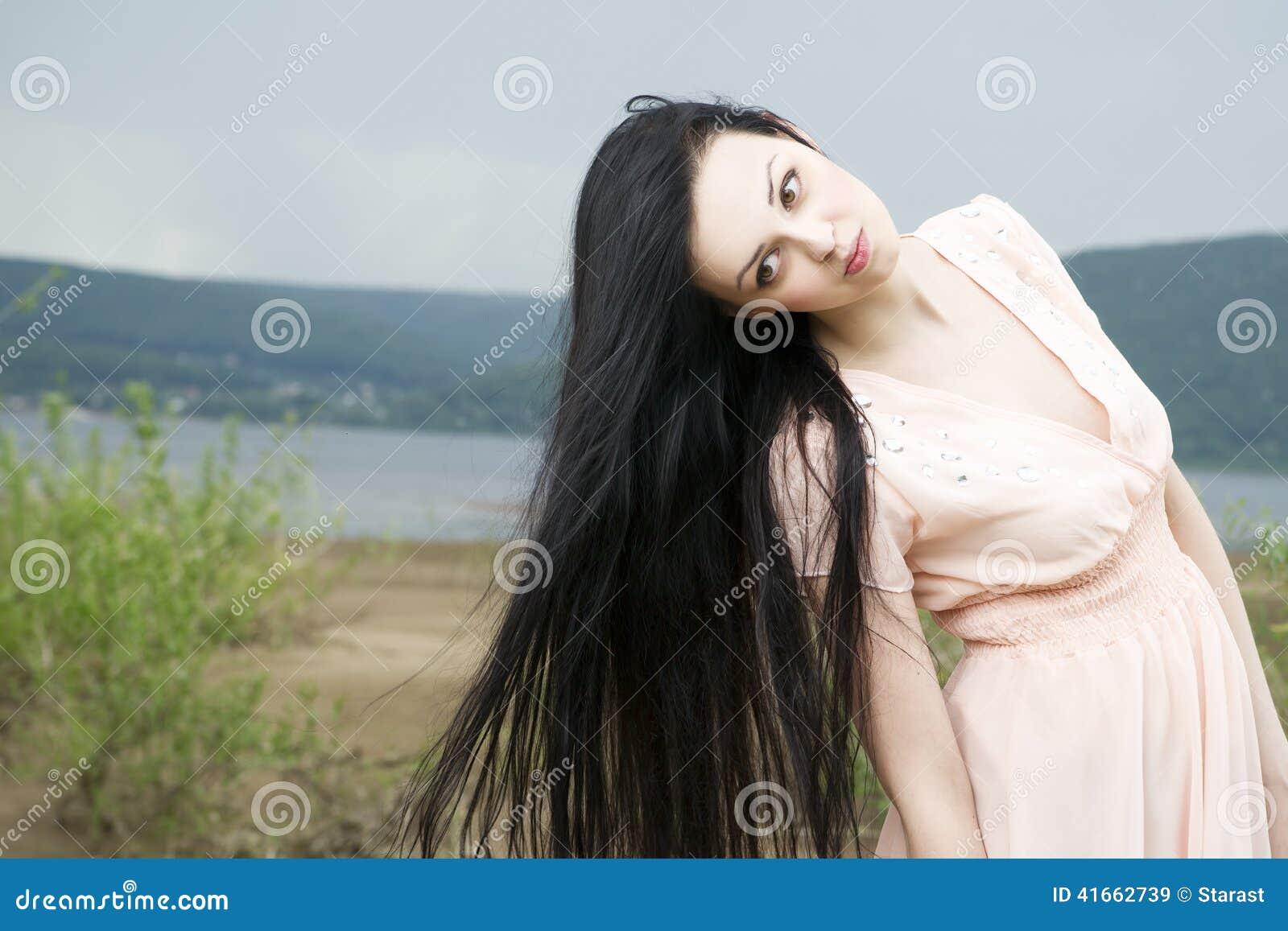 Портрет красивой молодой женщины в лете