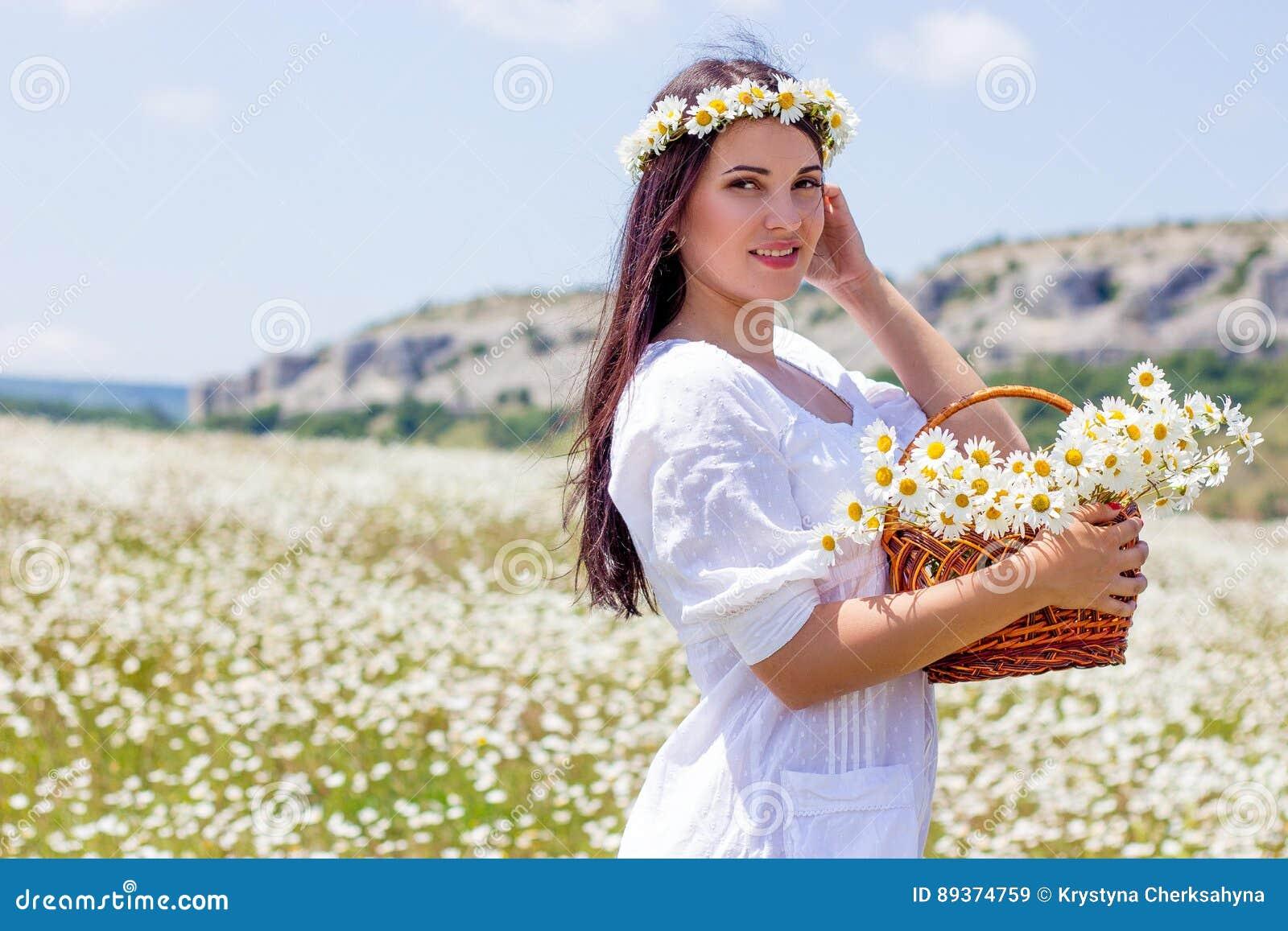 Портрет красивой молодой женщины в поле стоцвета Счастливая девушка собирая маргаритки Девушка отдыхая в поле стоцвета S