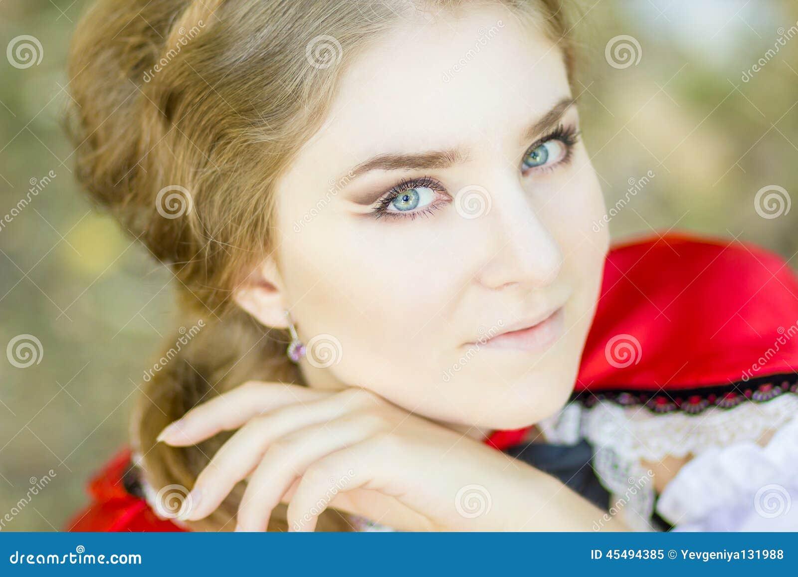 Картинки или фото одетая девушка на природе