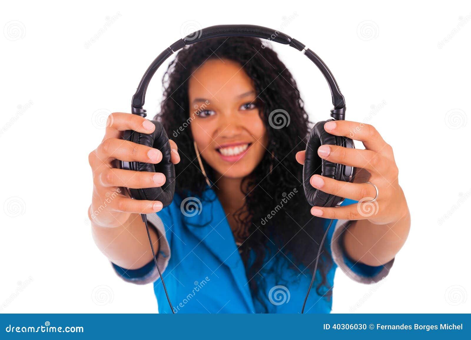 Портрет красивой чернокожей женщины с наушниками слушая к