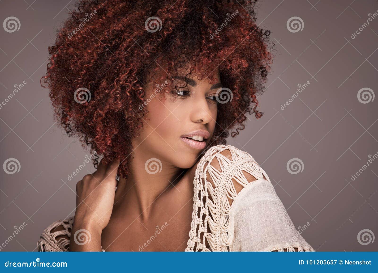Портрет красоты девушки с афро стилем причёсок