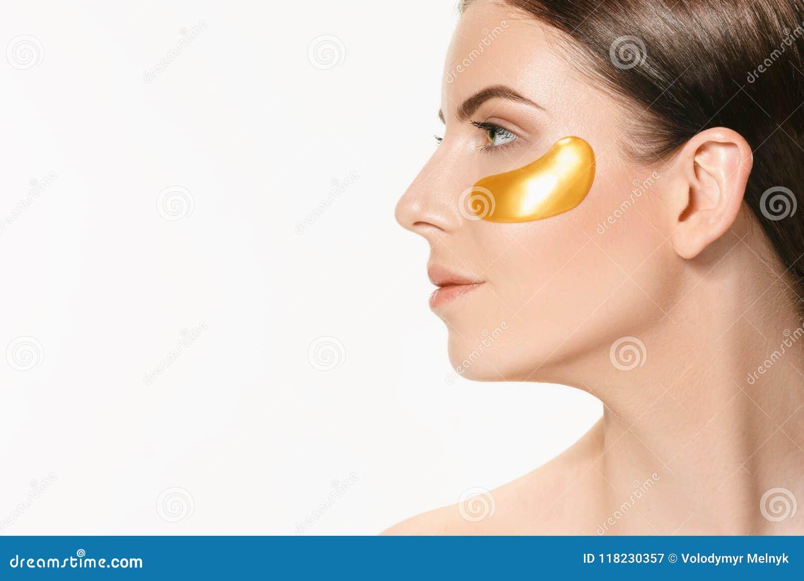 Портрет красоты привлекательной девушки с заплатой золота под глазом