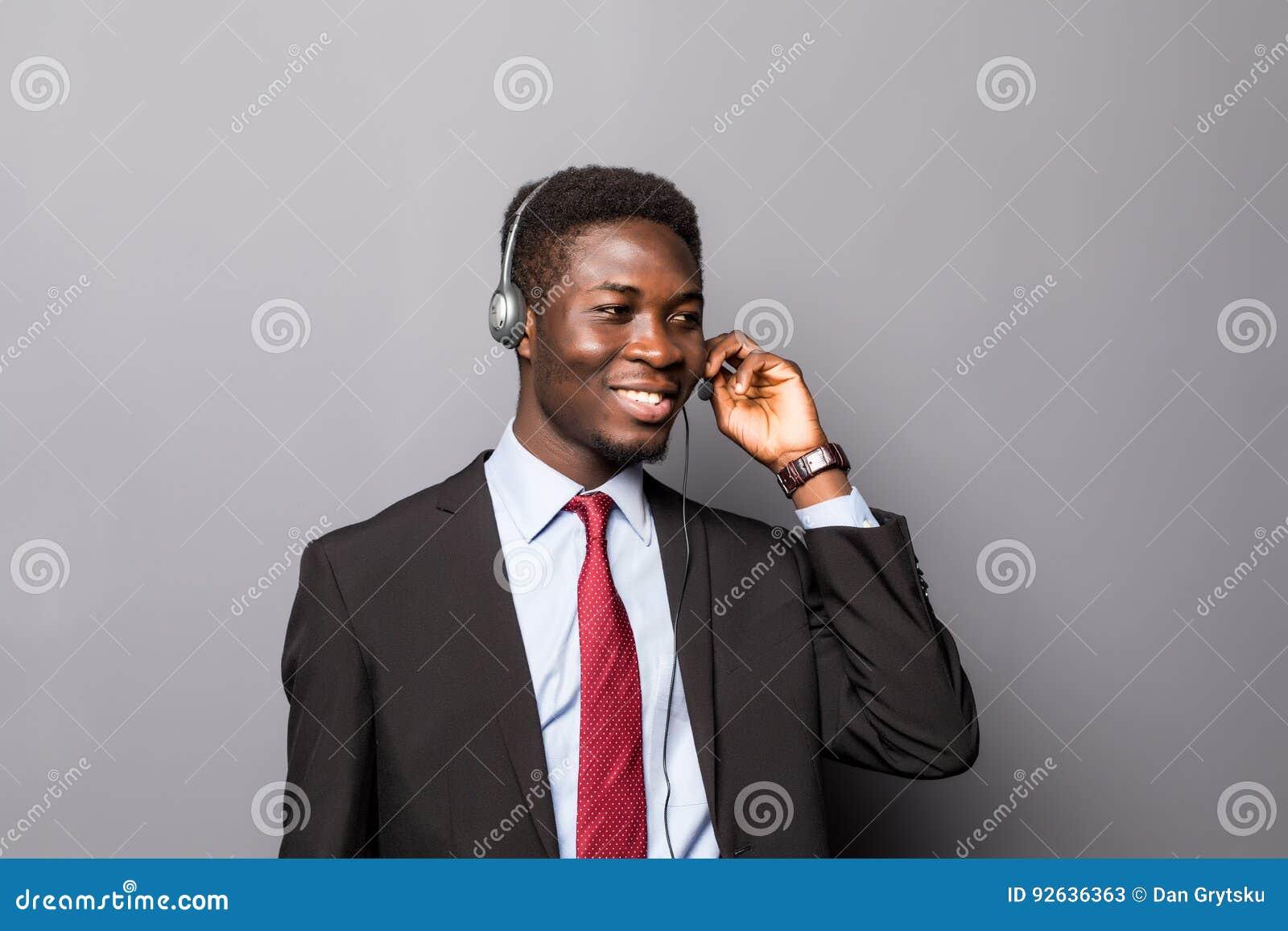 Портрет крупного плана молодого мужского работника представителя или центра телефонного обслуживания обслуживания клиента или опе