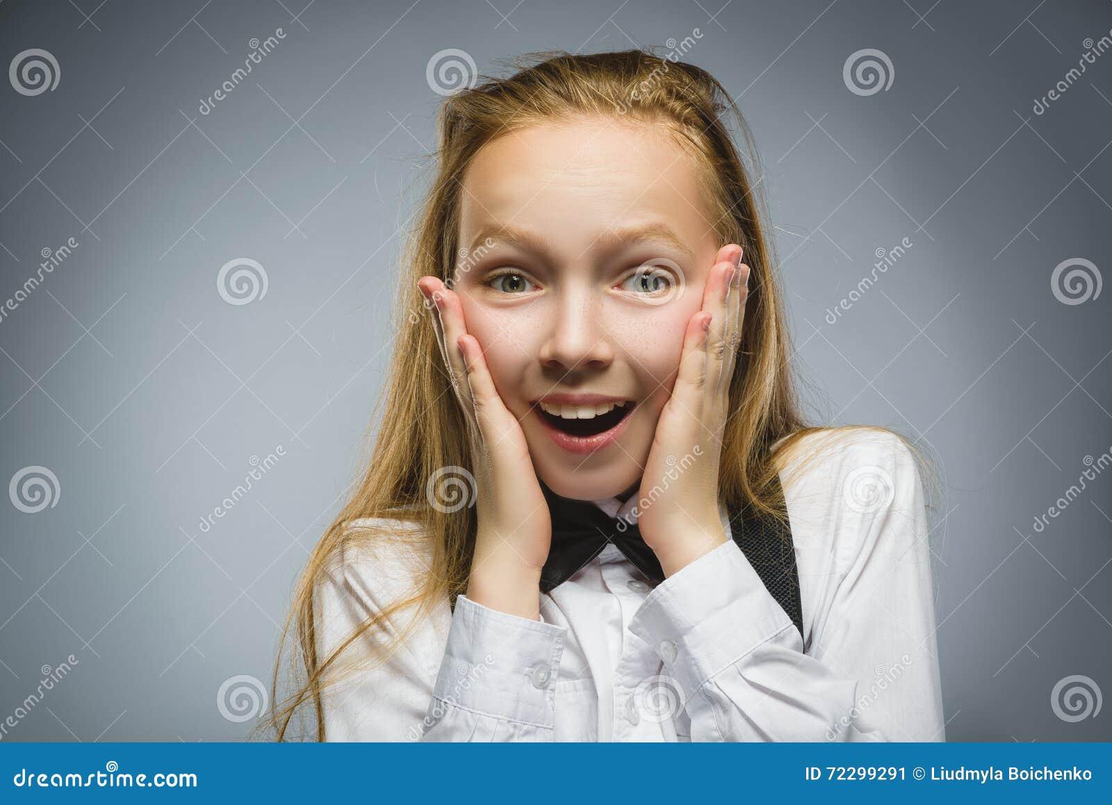 Download Портрет крупного плана сюрприза счастливой девушки идя изолированный на серой предпосылке Стоковое Изображение - изображение насчитывающей сторона, шутник: 72299291