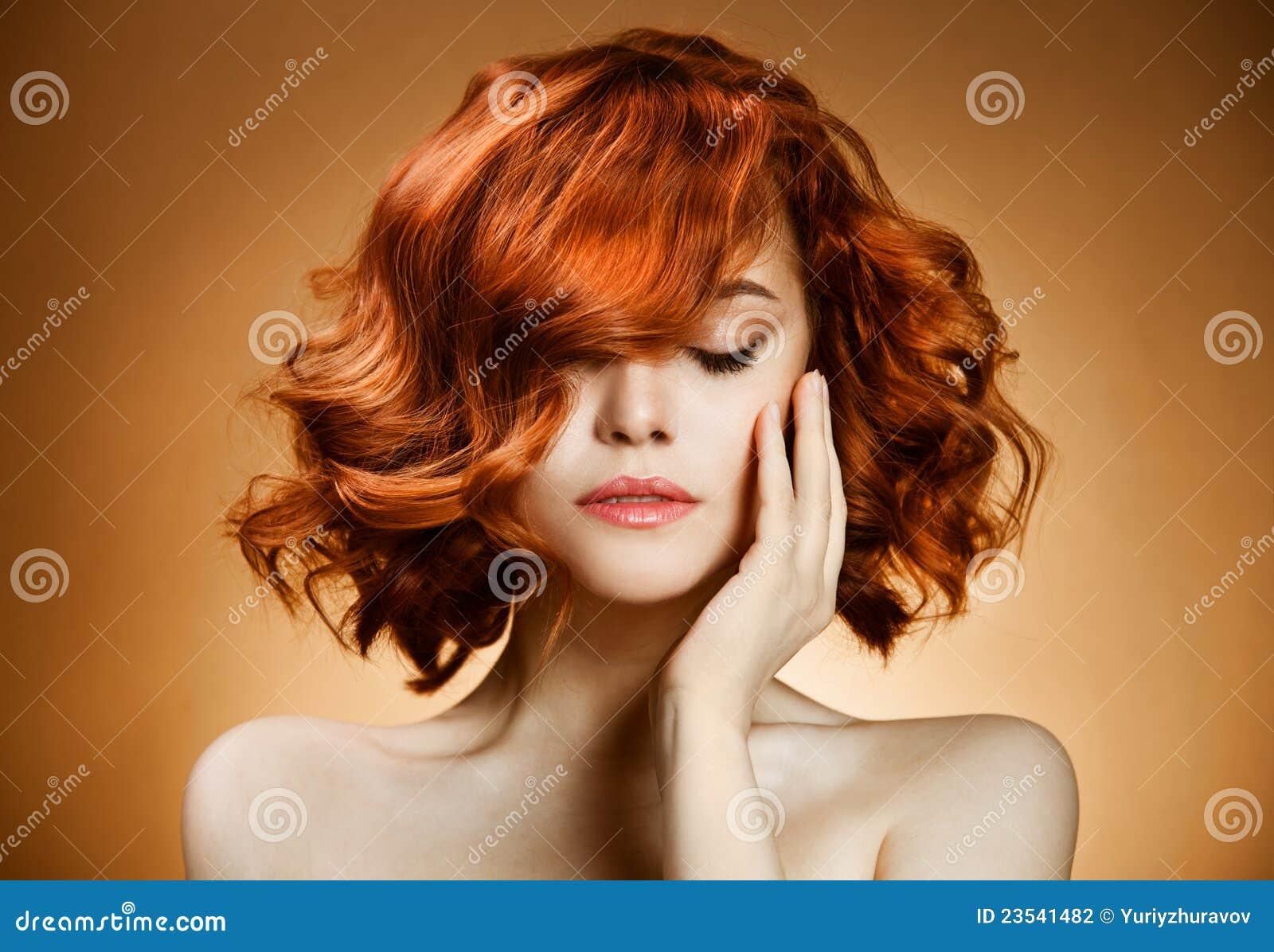 портрет курчавых волос красотки