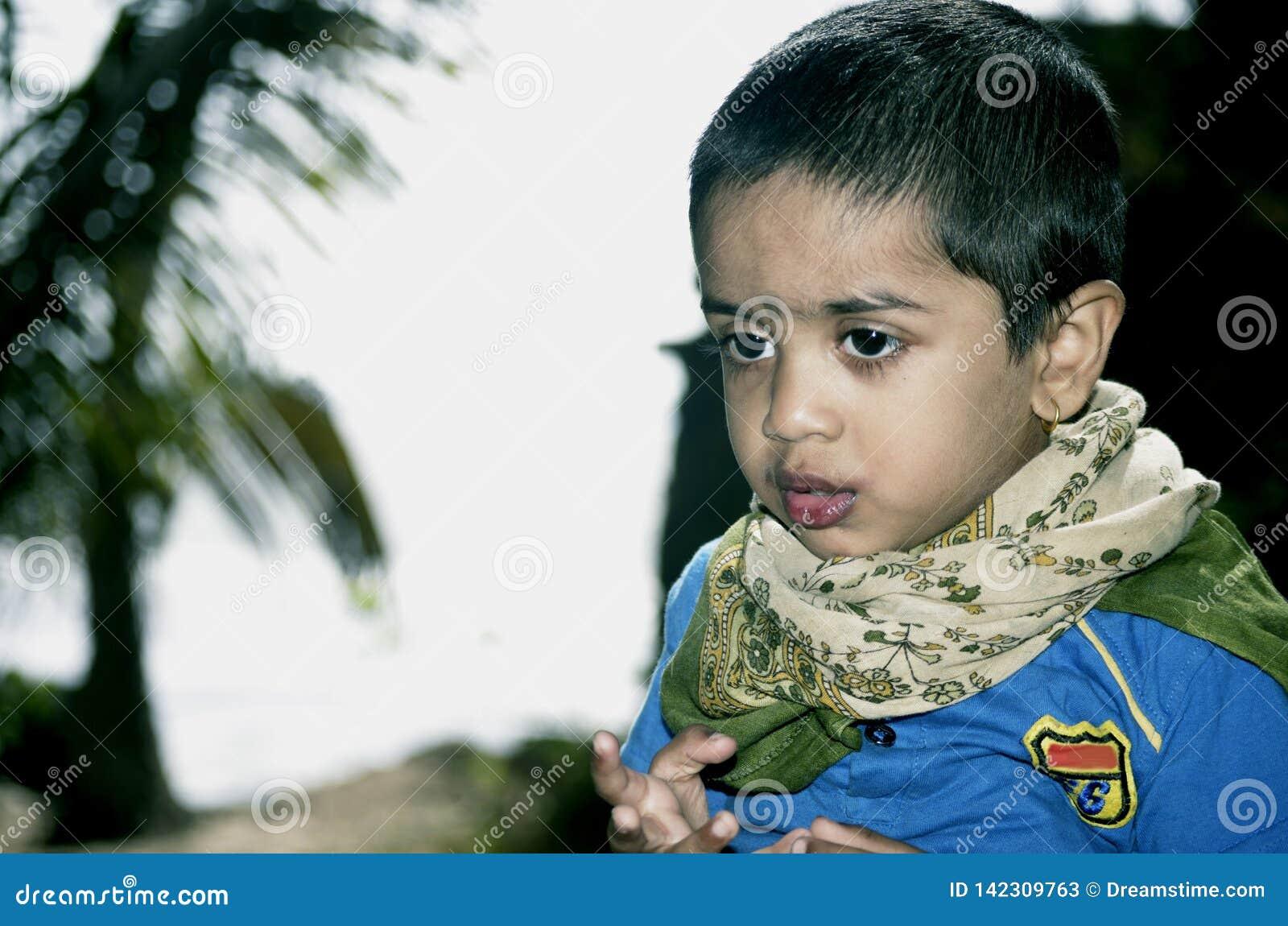 Портрет мальчика на парке кокоса на пляже