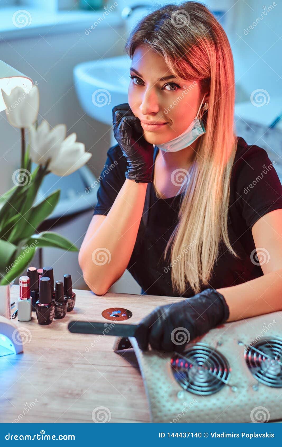 Девушка на работе маникюр заработать моделью онлайн в ливны