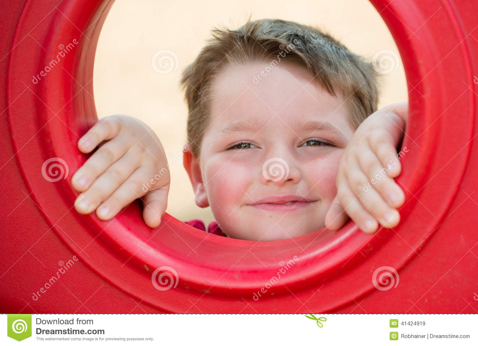 Портрет маленького ребенка на спортивной площадке
