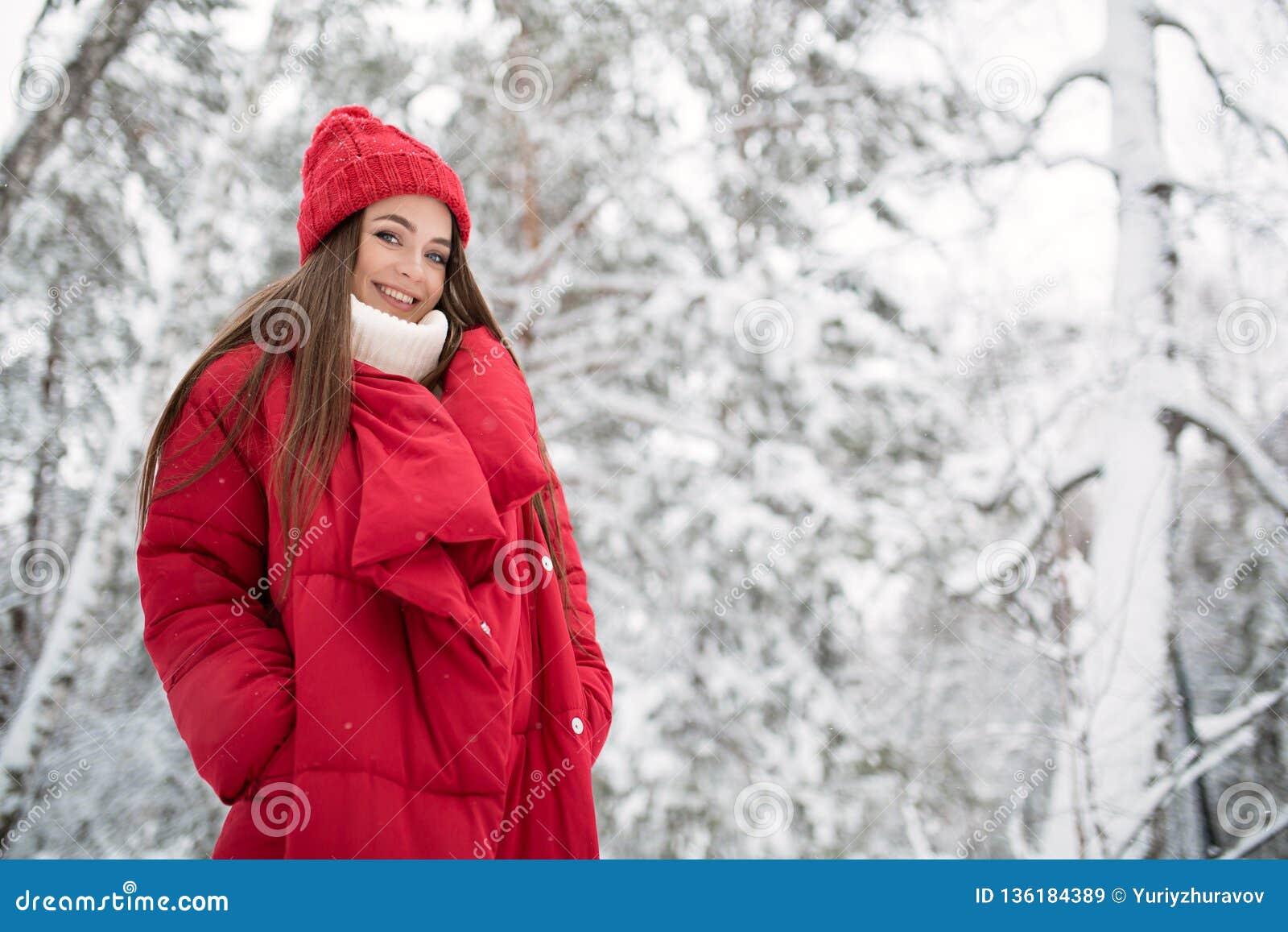 Портрет милой счастливой женщины на открытом воздухе