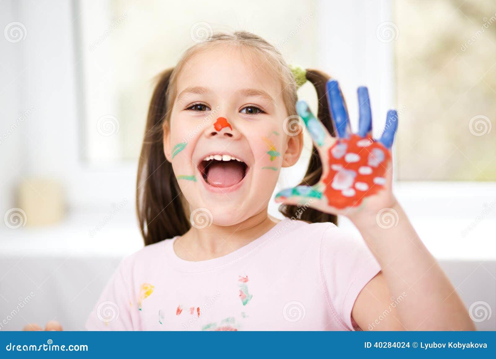 Портрет милой девушки играя с красками