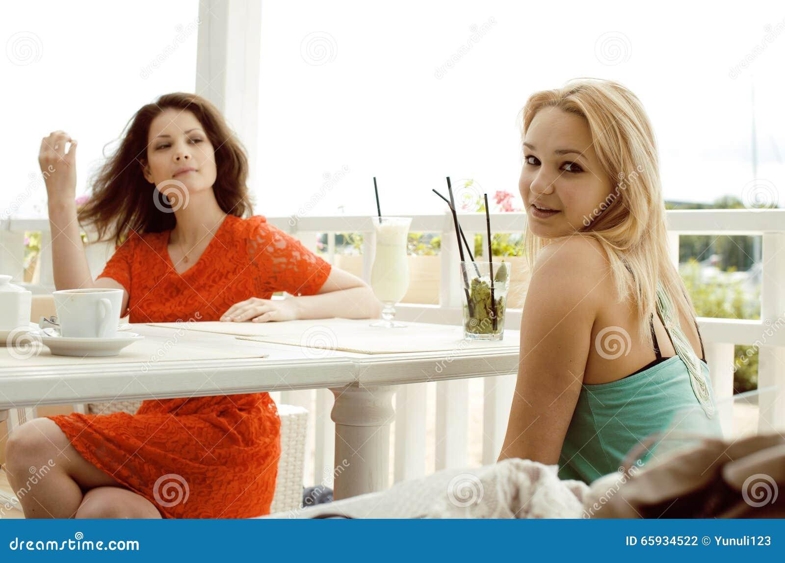 что две милые соседки выпивали кормить раздаривать