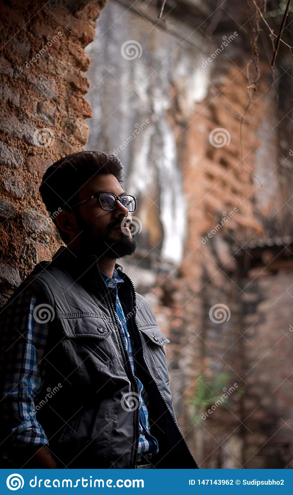 Портрет моды бородатого Гай на фронте старого buildingTAKI RAJBARI