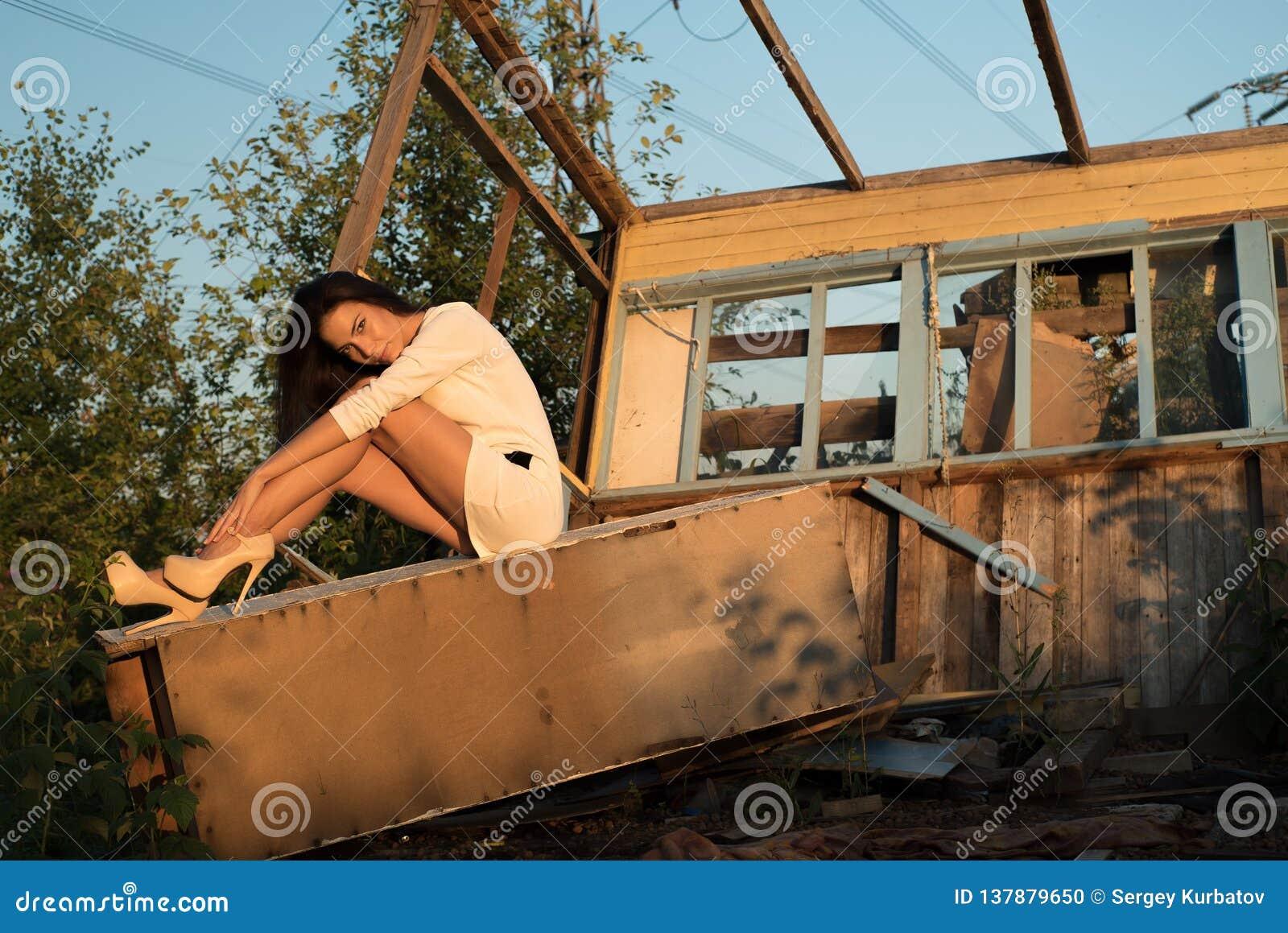 Портрет моды молодой женщины, в старом доме, в руинах, сидя