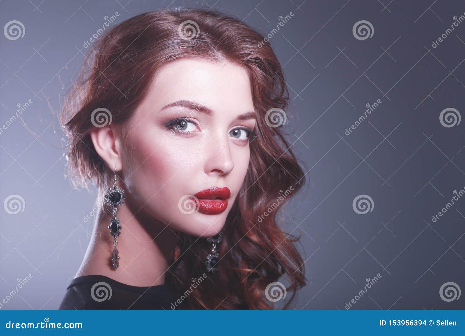 Портрет моды роскошной женщины с ювелирными изделиями