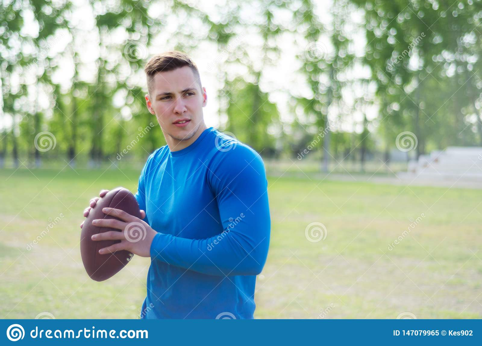 Портрет молодого американского футболиста с шариком в тренировке