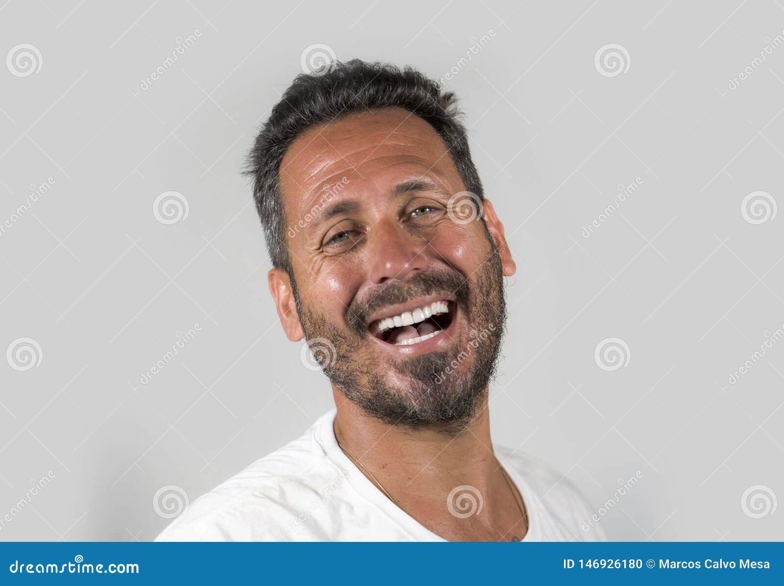 Портрет молодого счастливого и привлекательного человека с голубыми глазами и бороды выглядя крутой усмехаться счастливая и увере
