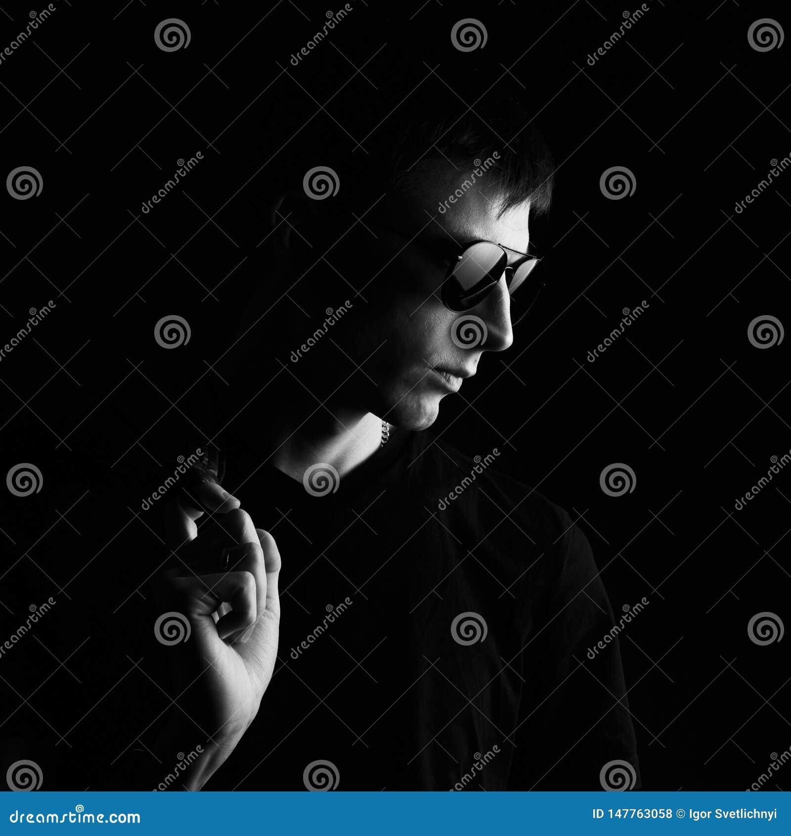 Портрет молодого человека черно-белый Человек конца-вверх молодой в черной кожаной куртке