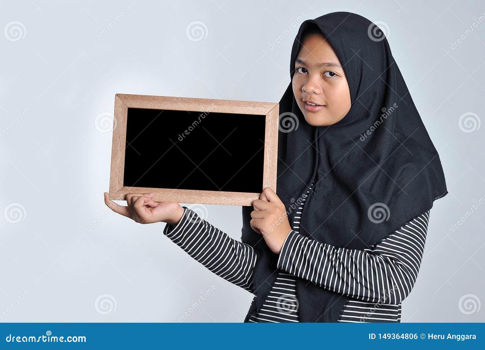 Портрет молодой азиатской женщины в исламской доске удерживания головного платка Усмехаясь азиатская женщина нося исламское удерж