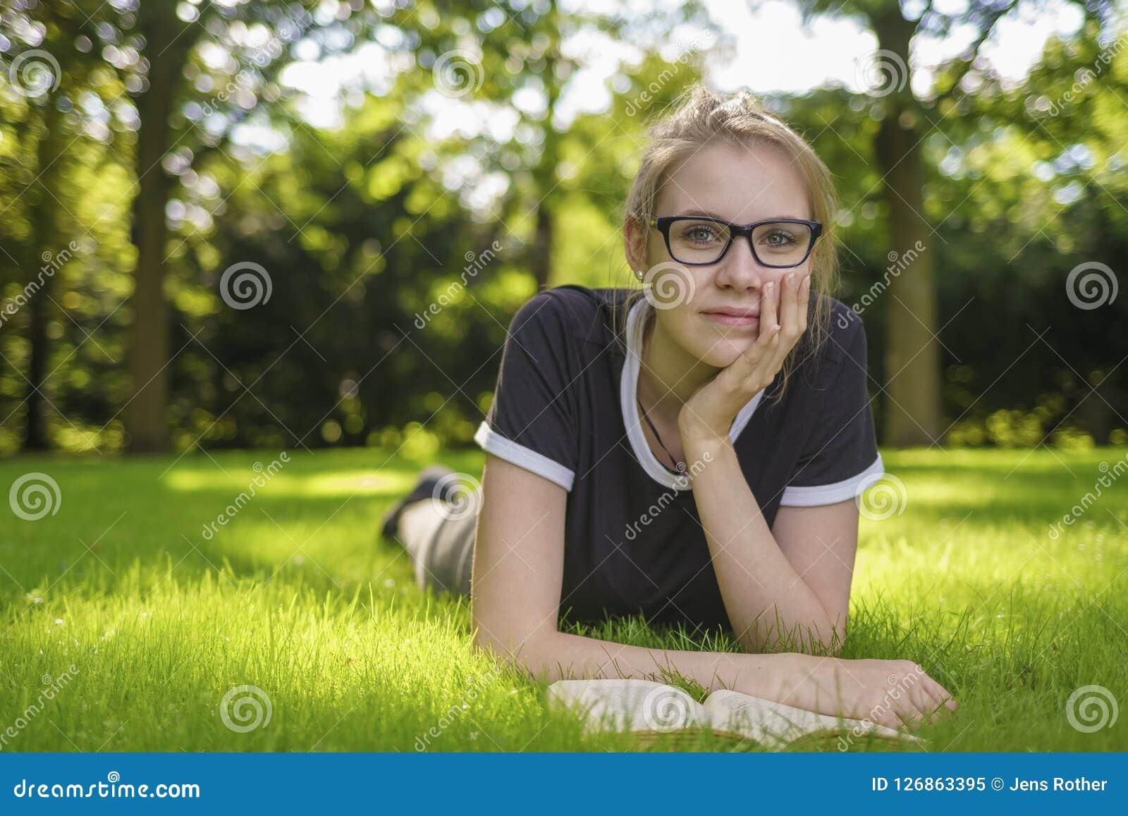 Портрет молодой женщины смотря заботливый