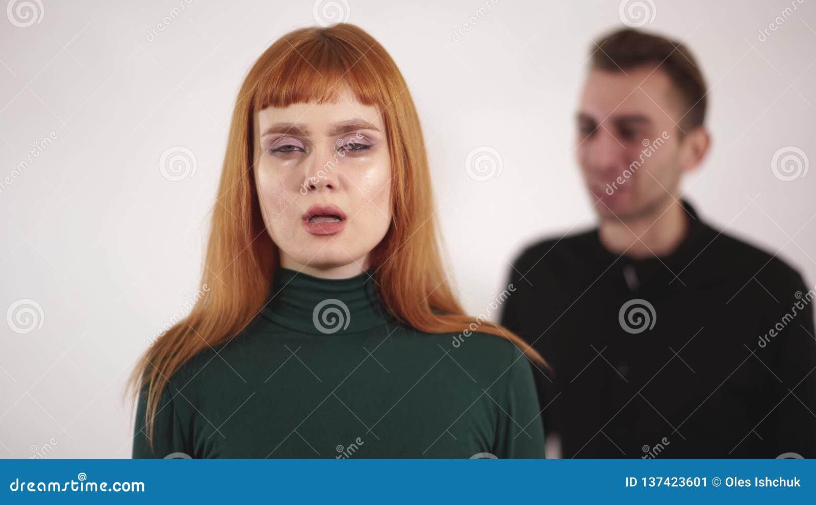 Портрет молодой женщины со связанным тесьмой ртом который sudenly извлечь бюрократизм и повернуть вокруг к кричащему и выкрикивая видеоматериал