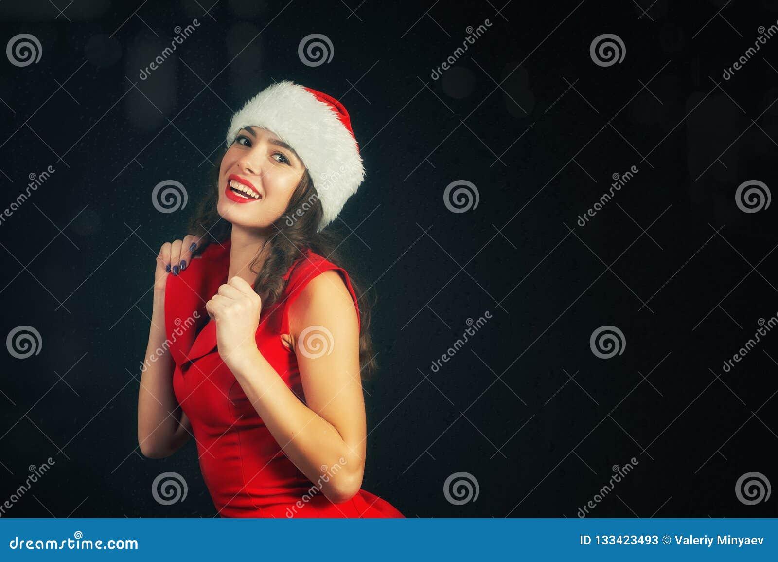 Портрет молодой жизнерадостной женщины в шляпе Санта