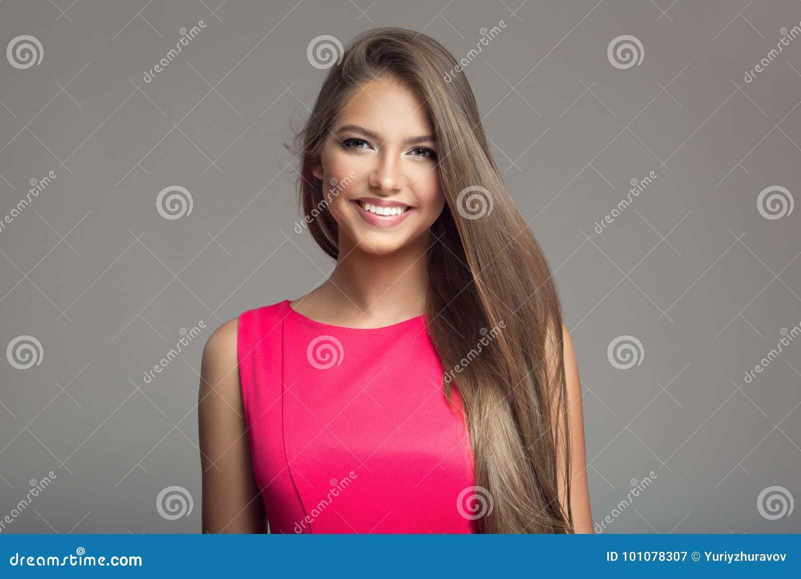 Портрет молодой красивой усмехаясь счастливой женщины волосы длиной