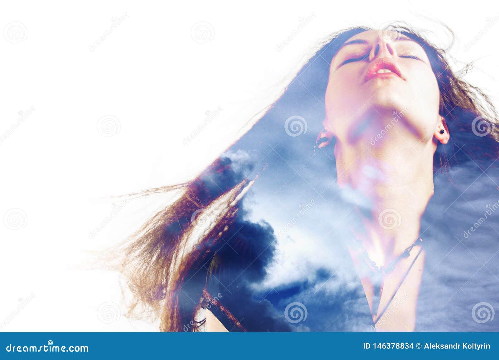 Портрет молодой привлекательной женщины и облаков в небе, двойной экспозиции Мечты и душа,