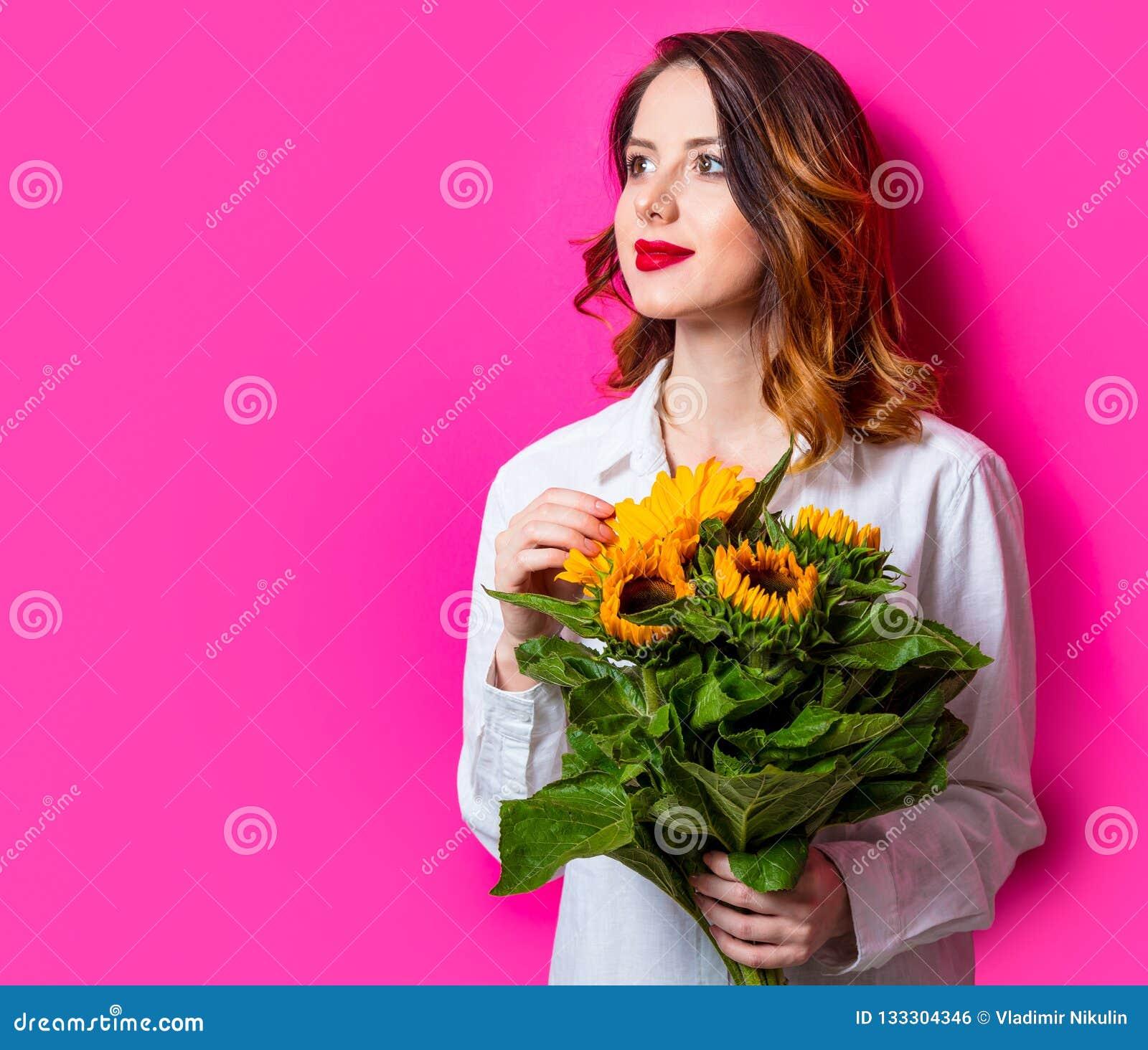 Портрет молодой рыжеволосой девушки с солнцецветами