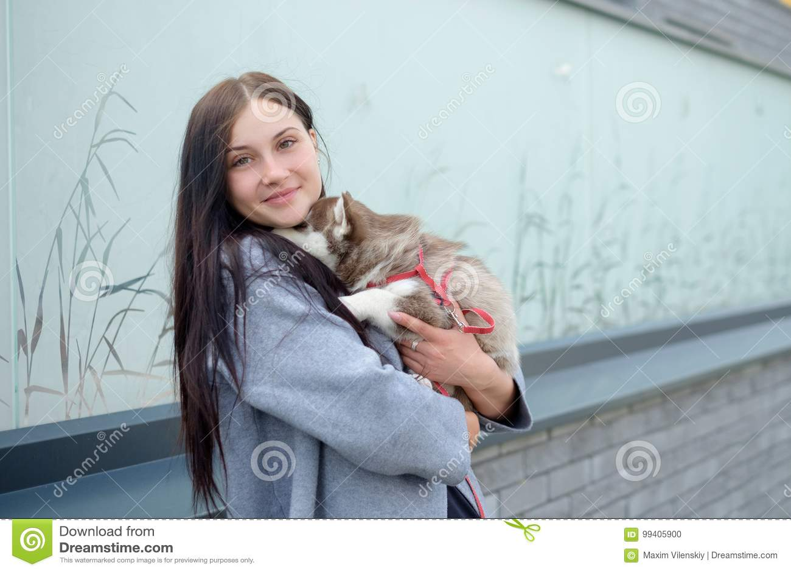 Портрет молодые женщины с осиплые щенята