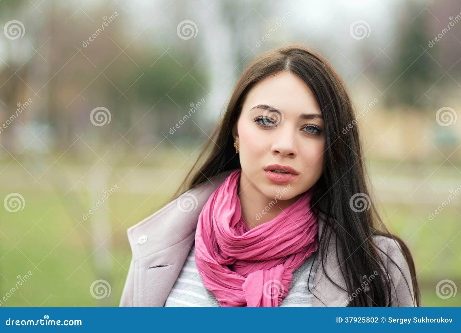 Портрет молодого брюнет