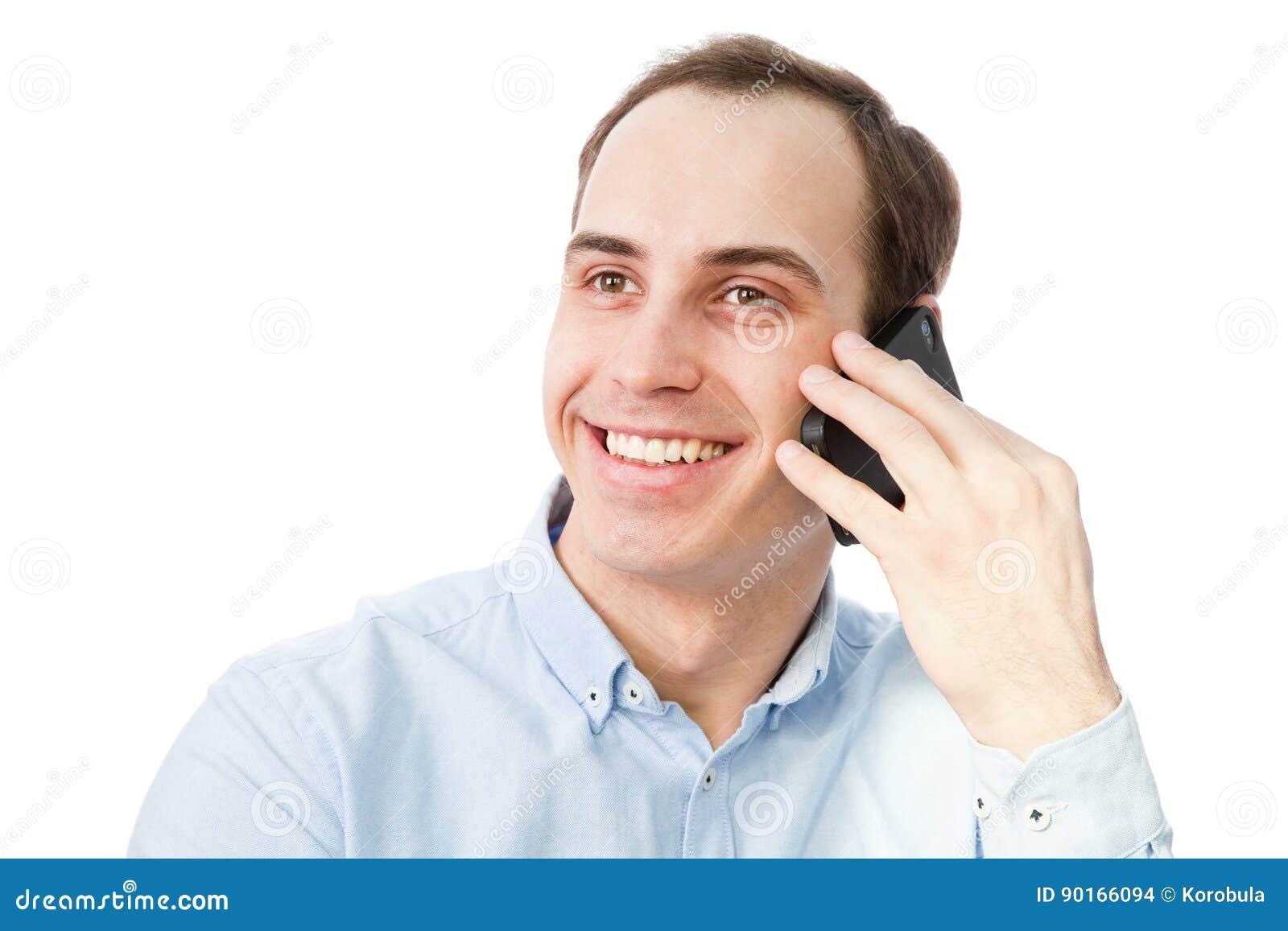Портрет молодого человека говоря на телефоне