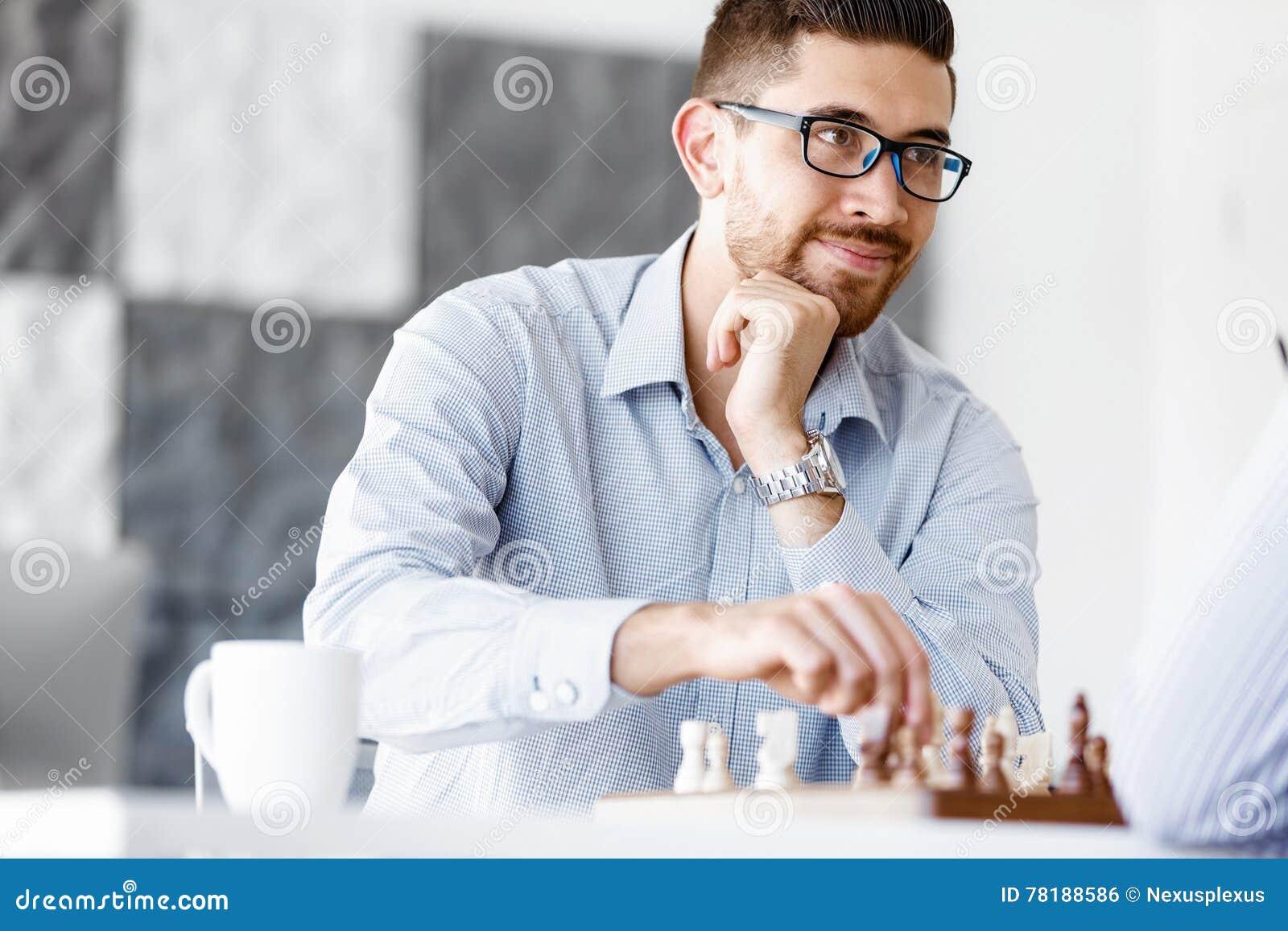 Портрет молодого человека 2 играя шахмат