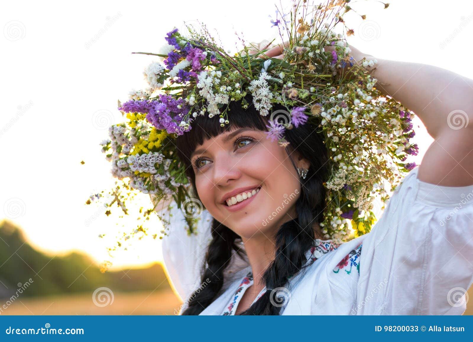 Download Портрет молодой женщины в длинной белизне вышил рубашке и Стоковое Изображение - изображение насчитывающей gathers, национально: 98200033