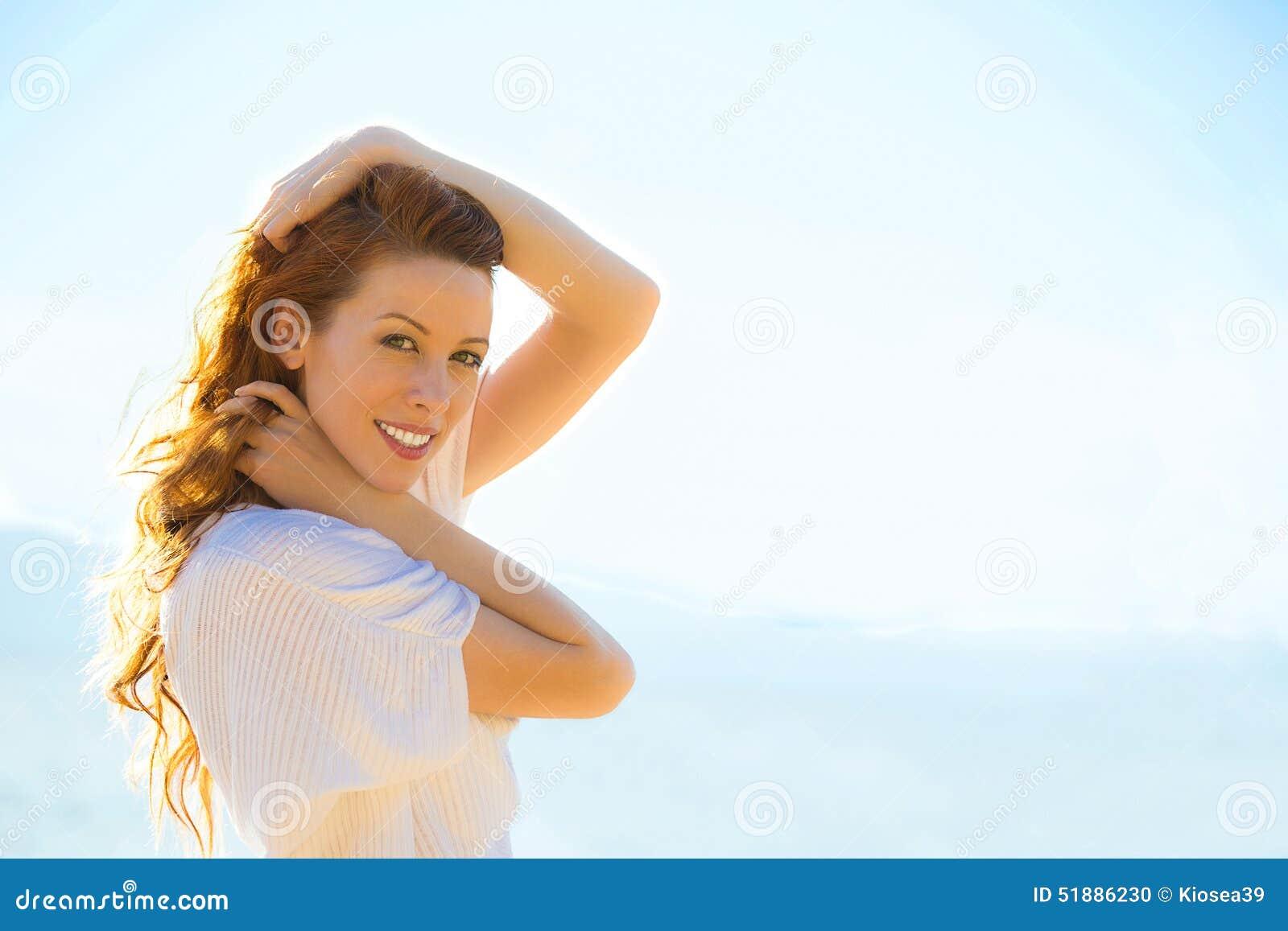 Портрет молодой женщины лета outdoors Мягкие солнечные цветы