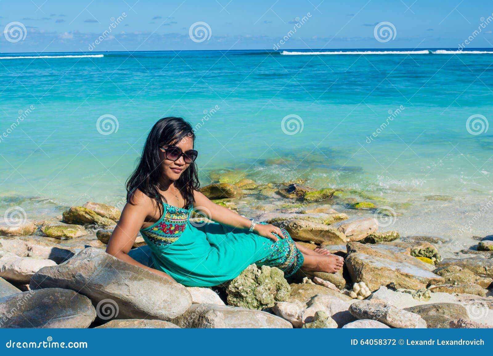 Скачать фото красивой девушки с мальдивов