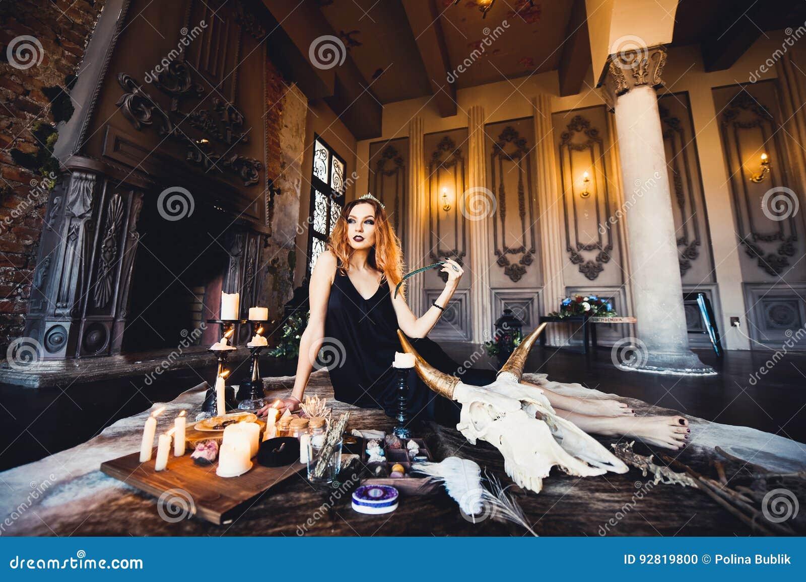Портрет молодой красивой рыжеволосой девушки в изображении готической ведьмы на хеллоуине