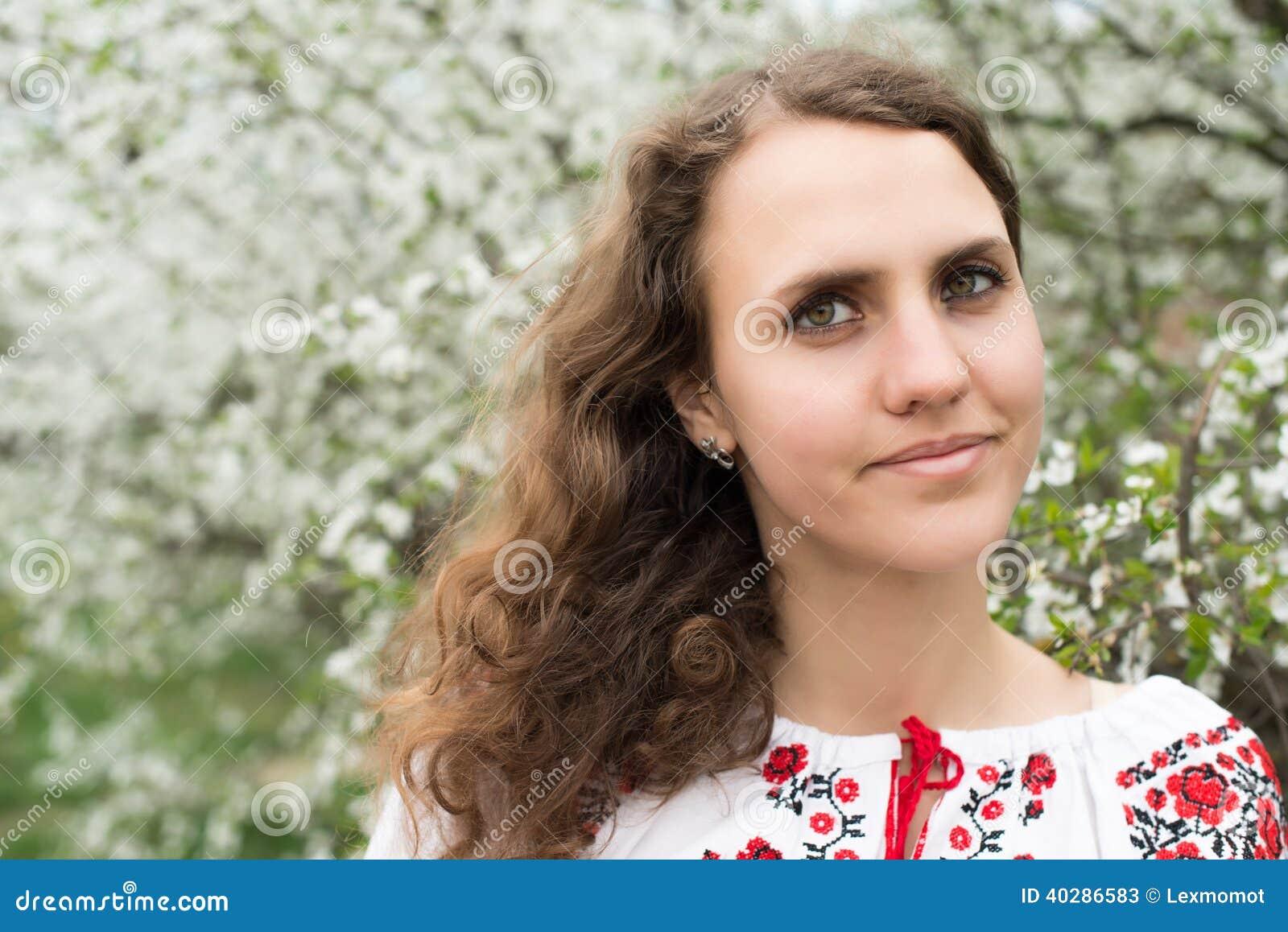 Портрет молодой симпатичной женщины