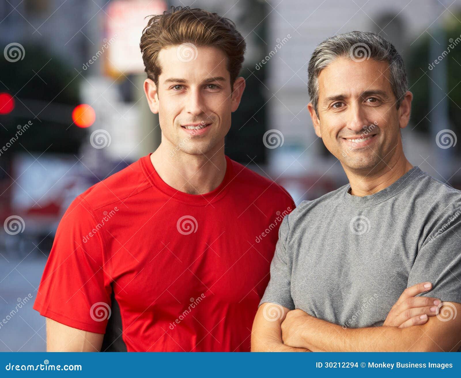 Портрет 2 мужских бегунов на городской улице