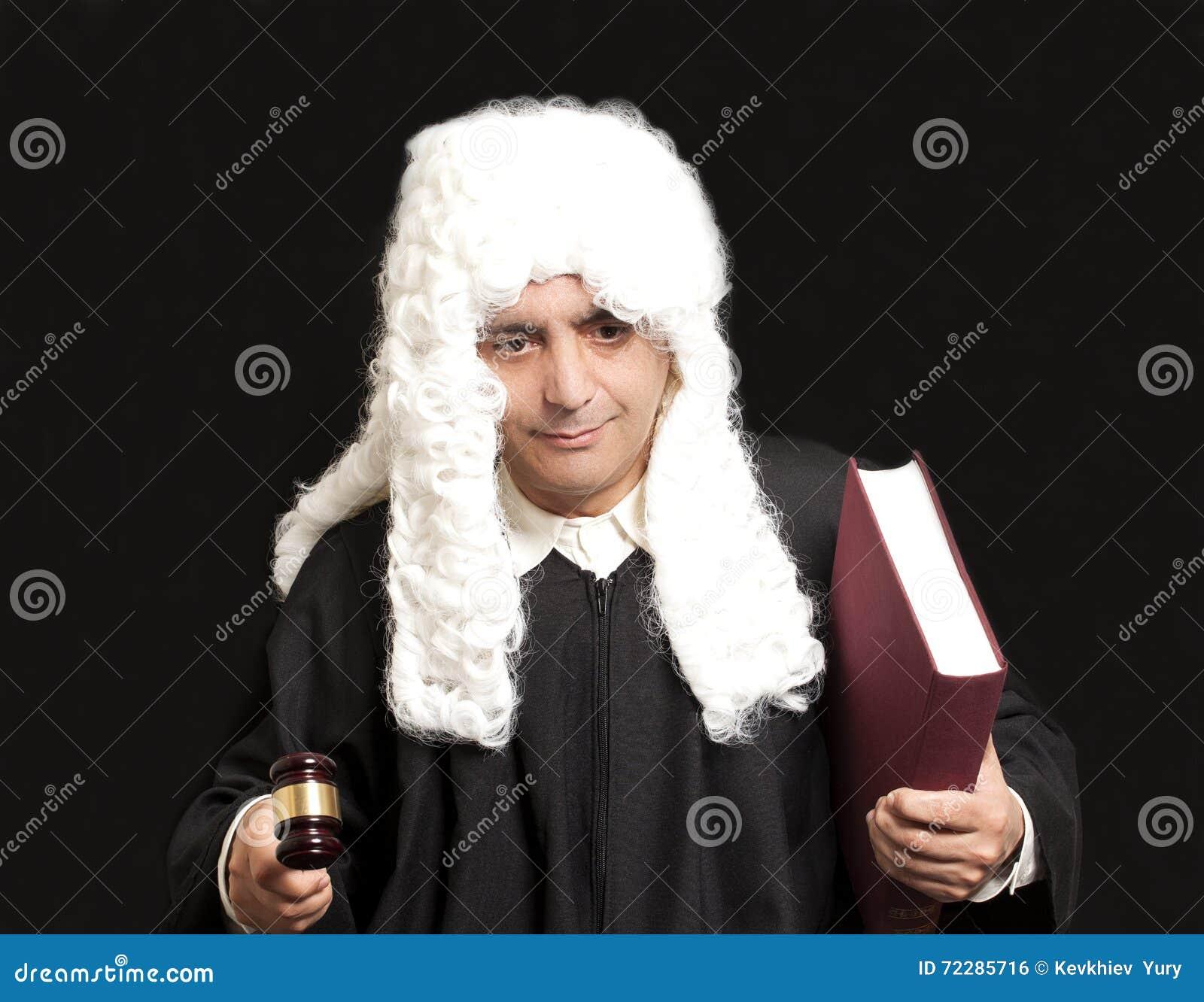 Download Портрет мужских молотка и книги судьи удерживания юриста на черном ба Стоковое Фото - изображение насчитывающей кавказско, работа: 72285716