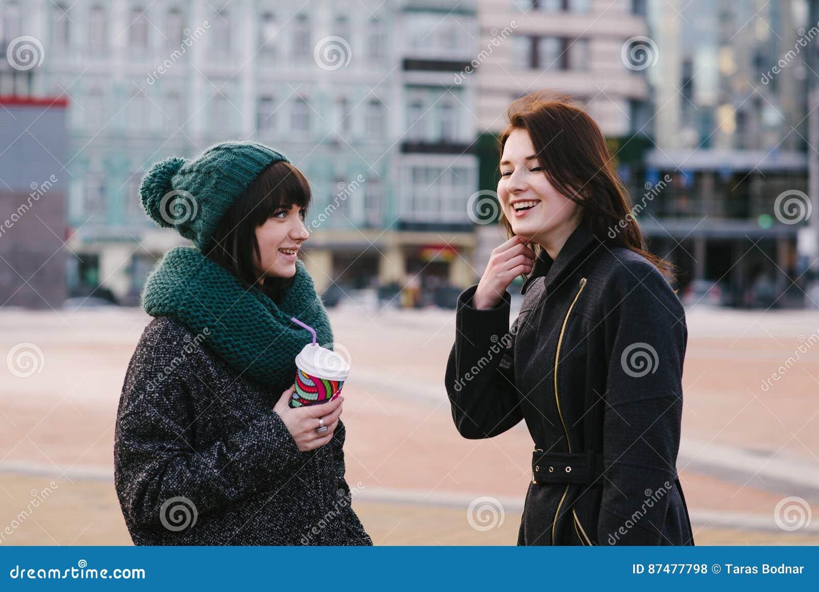 Портрет образа жизни улицы 2 красивого, усмехаться и очень стильные девушки который связывают друг с другом