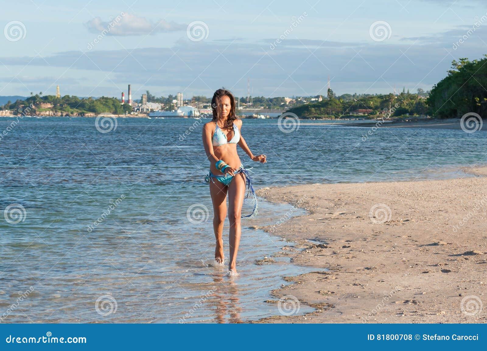 Портрет доминиканской девушки одевая бикини