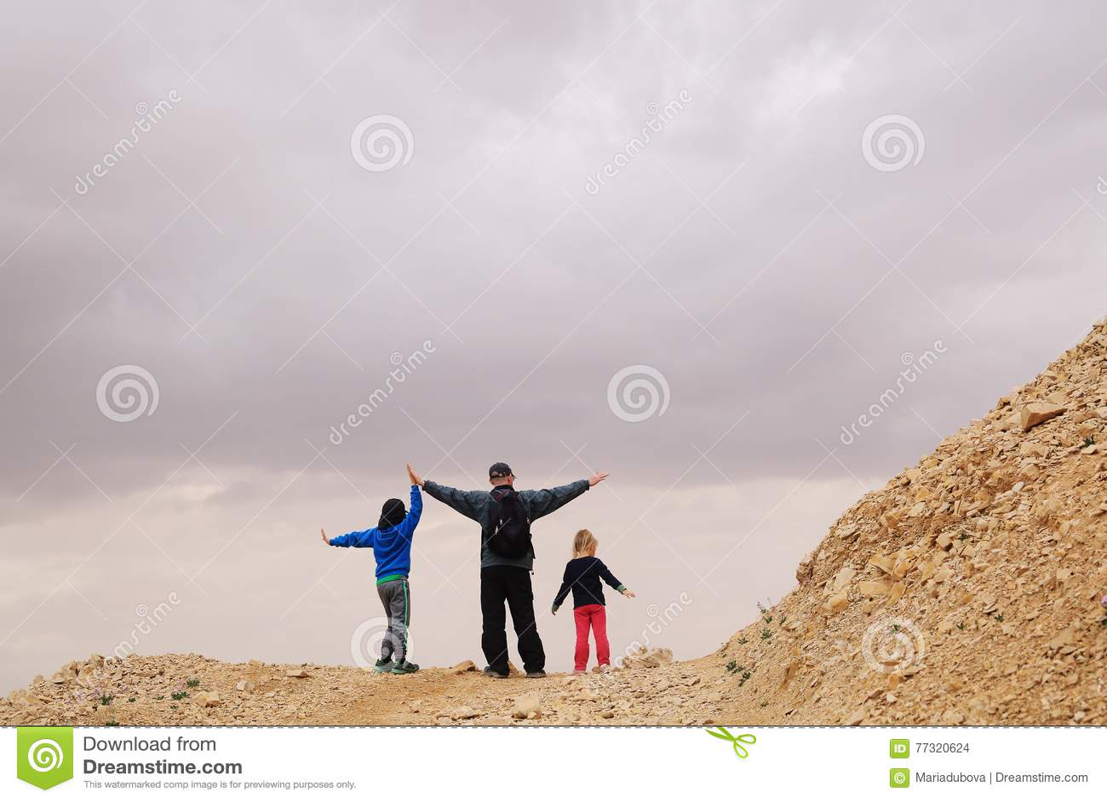 Портрет отца с 2 детьми