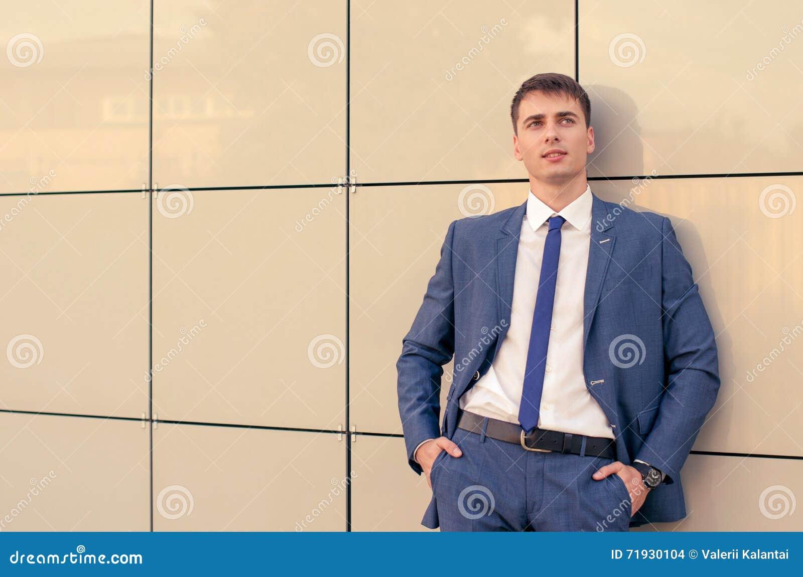 Портрет офиса усмехаясь молодого бизнесмена