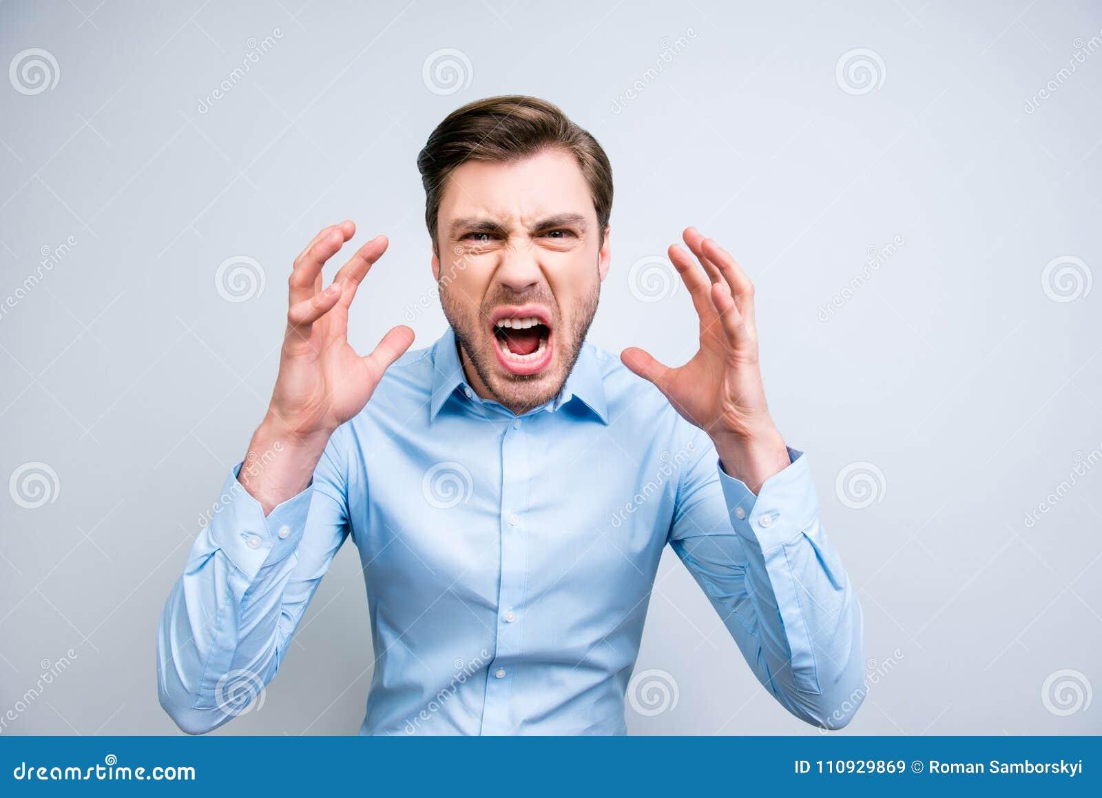 Портрет очень сердитого, надоеданного, одичалого человека крича, выкрикивающ, hol