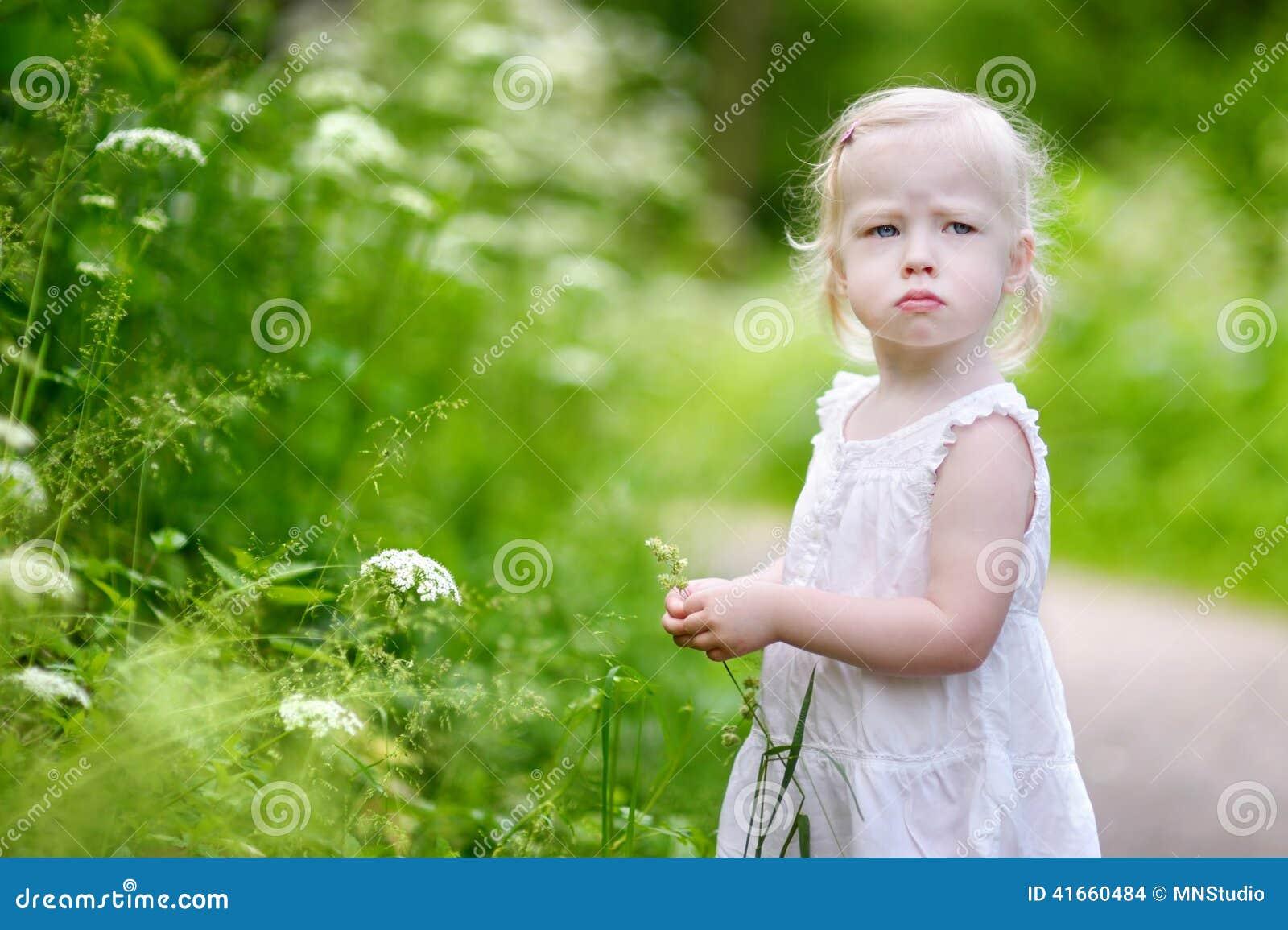 Портрет очень сердитой маленькой девочки