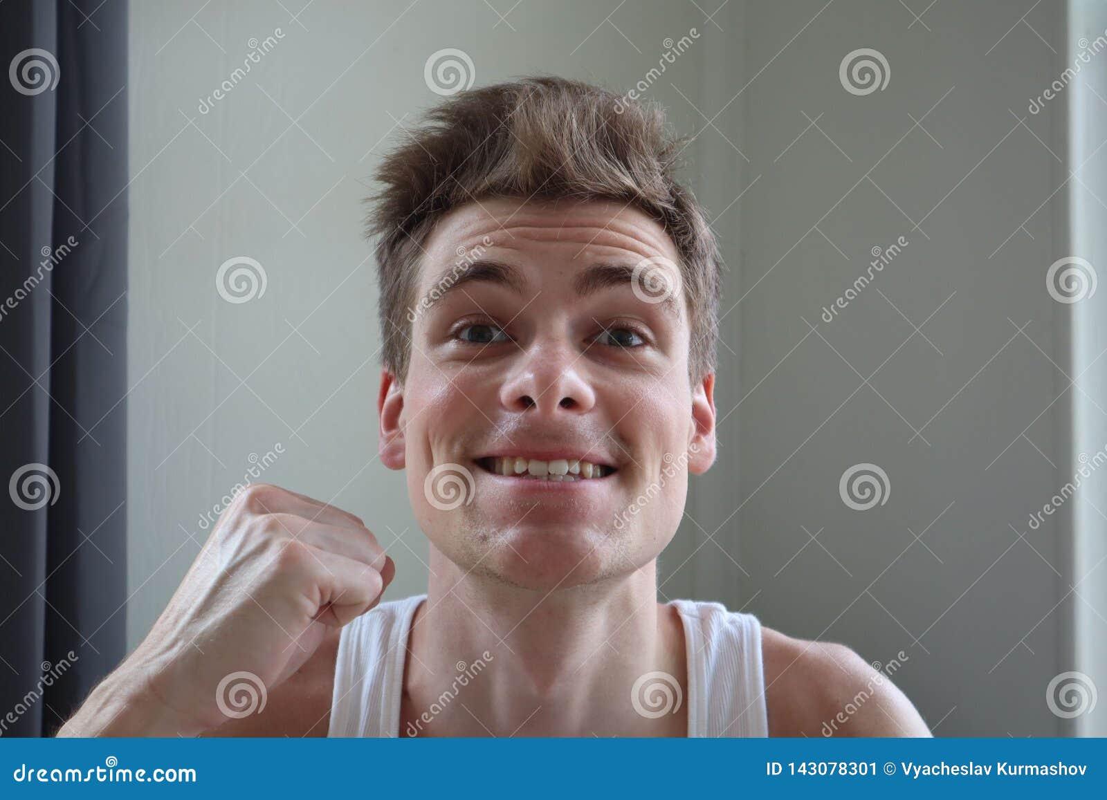 Портрет привлекательного молодого человека с удовлетворенным выражением Белая предпосылка эмоциональный портрет ясная кожа и коро