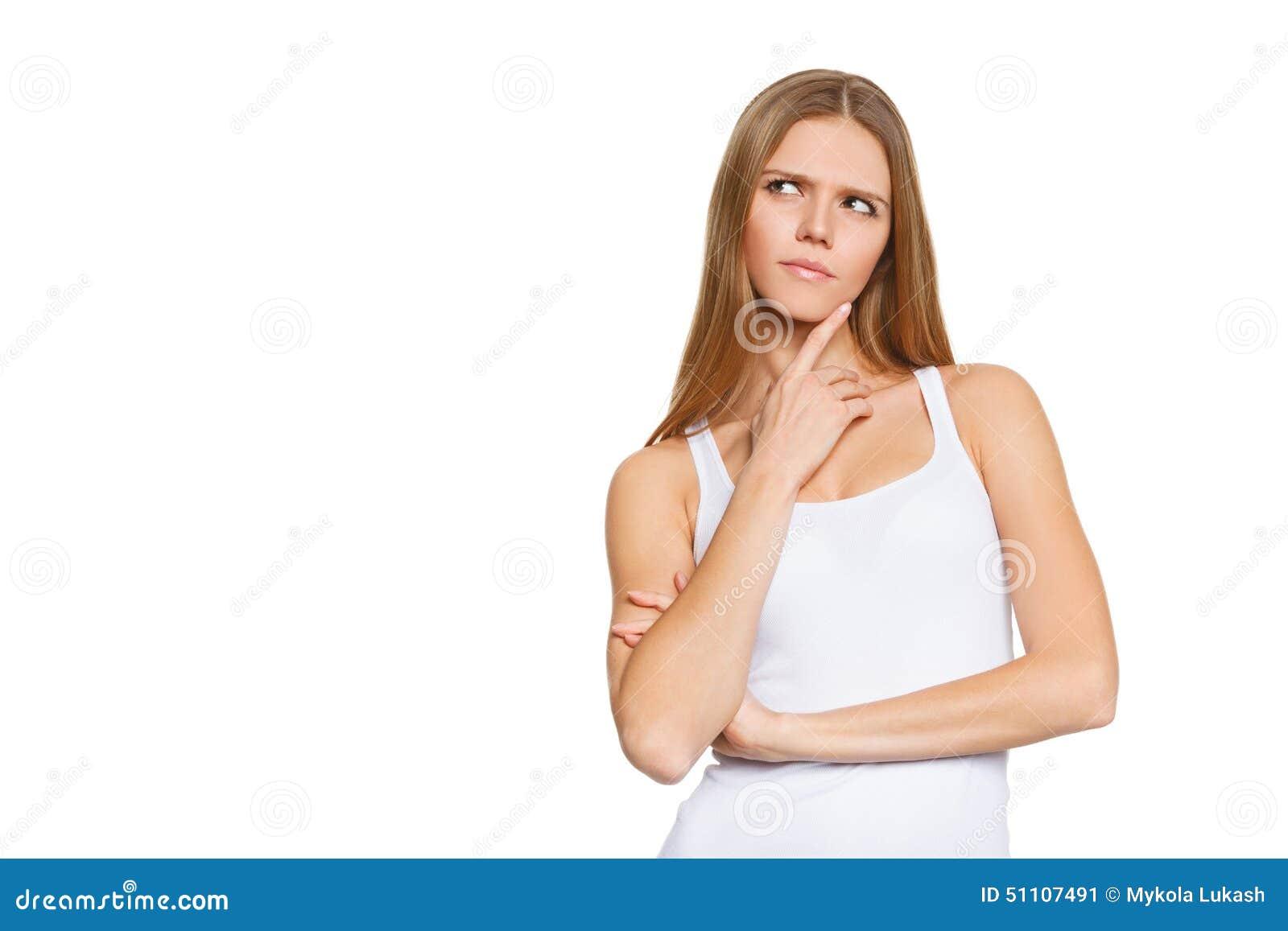 Портрет привлекательного девочка-подростка думает смотреть вверх, рубашка носки белая, изолированная над белизной, молодая милая