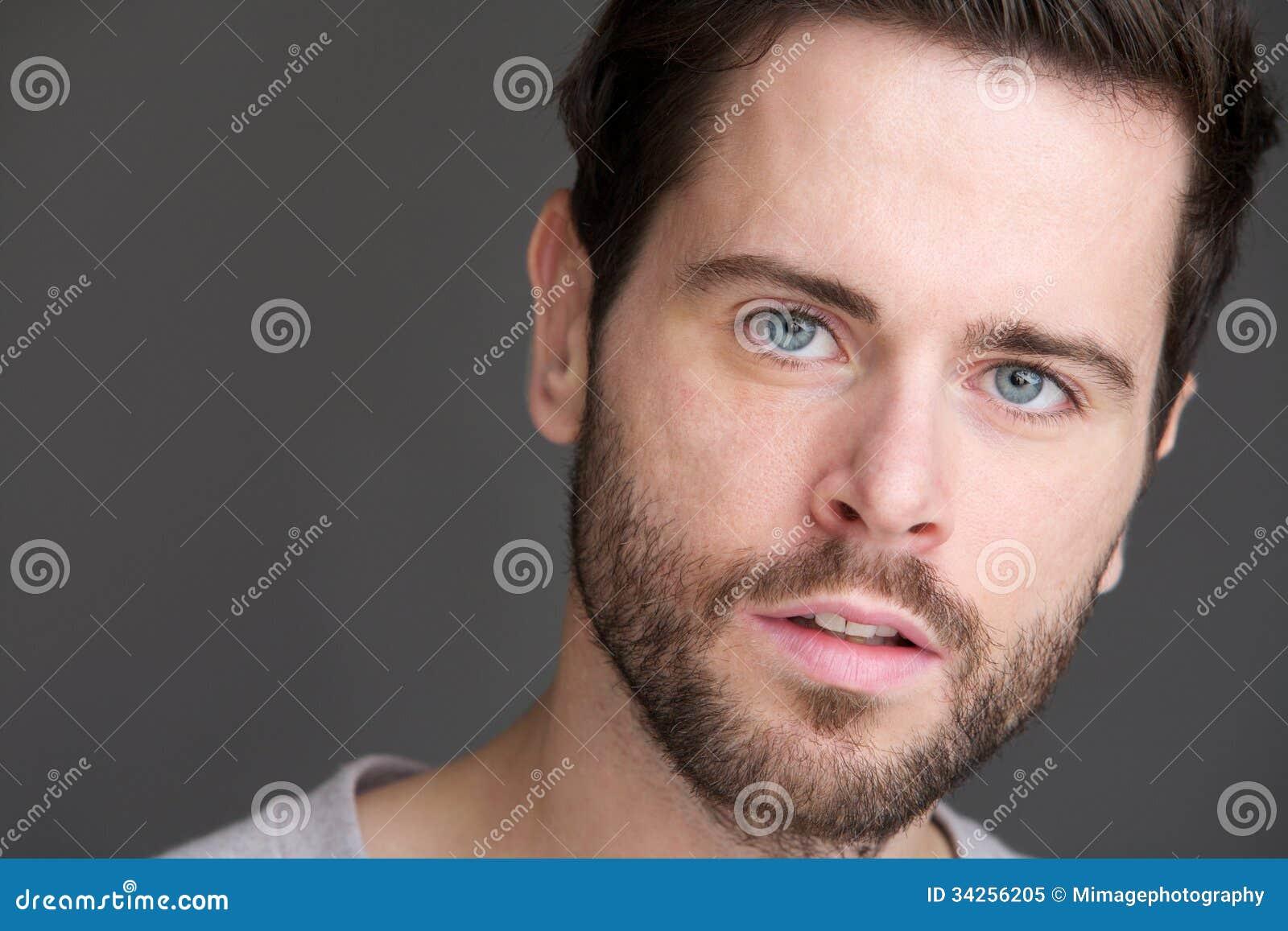 Портрет привлекательного молодого человека с голубыми глазами и бородой