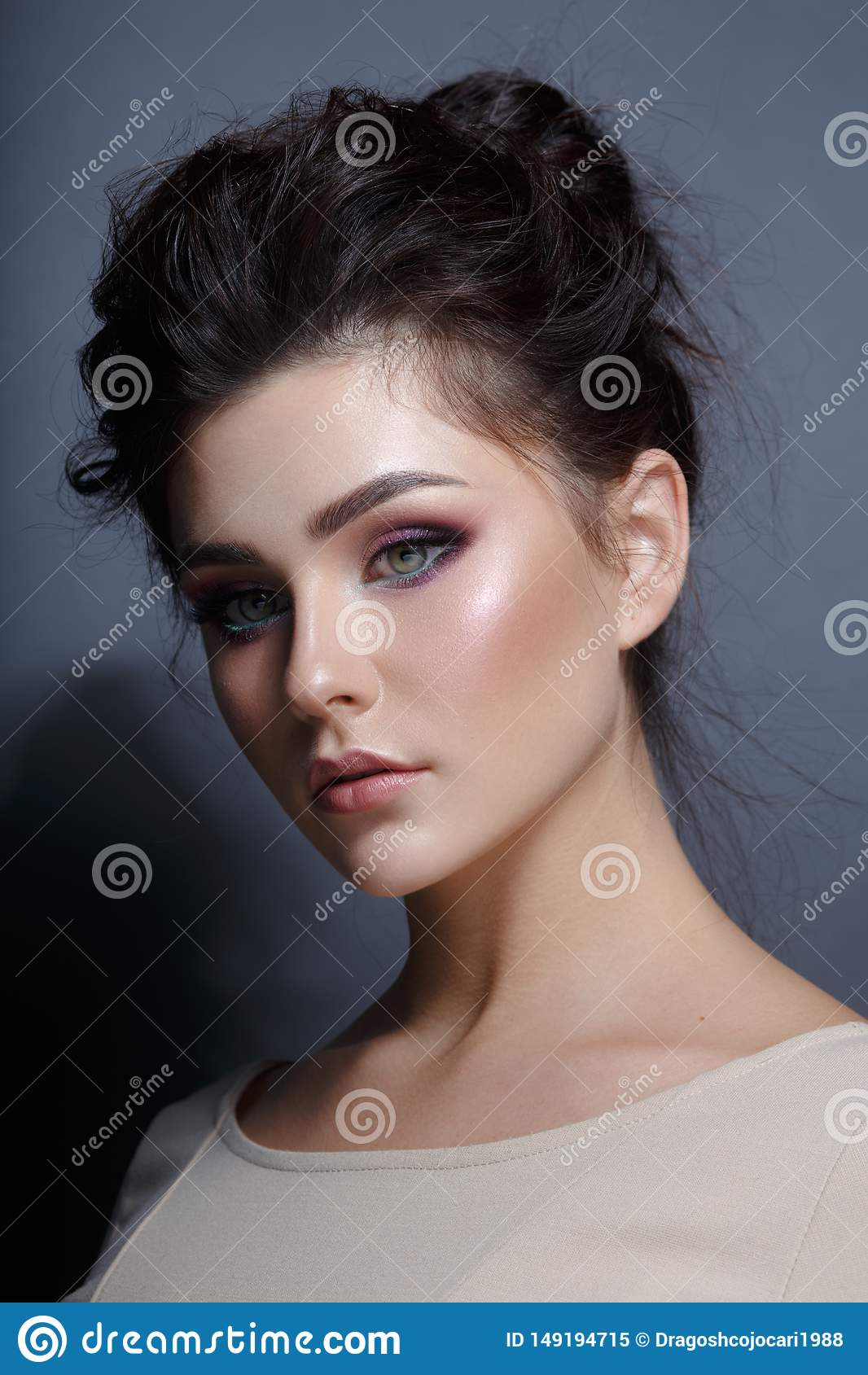 Портрет профиля грациозной женщины с макияжем superbe, смотря камеру Вертикальный взгляд